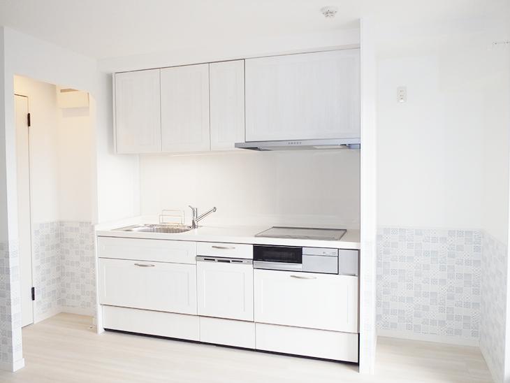 とっても可愛らしい壁紙、キッチンはアイボリー、建具はブルー…こだわりが詰まったリフォームです。