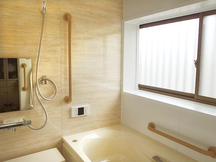 寒くて手摺も無く不安だった浴室が安全で落ち着いた雰囲気のユニットバスに!